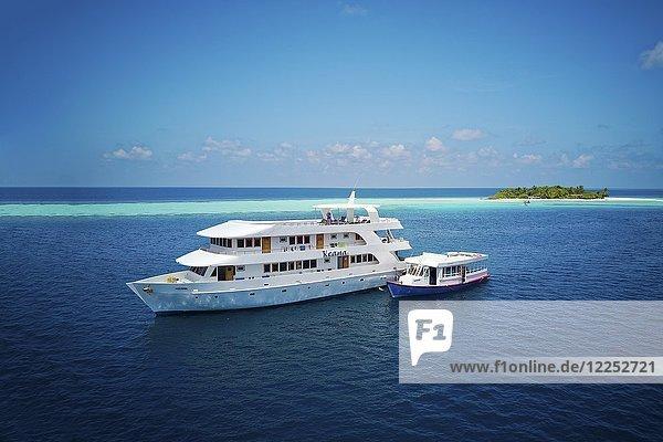Tauchsafari-Schiff MS Keana mit Tauchdhoni ankert vor unbewohnter Palmeninsel  Ari-Atoll  Indischer Ozean  Malediven  Asien