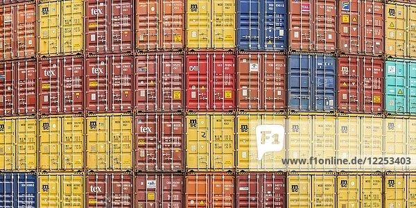 Gestapelte Container  formatfüllend  Verladebahnhof Dornstadt bei Ulm  Baden-Württemberg  Deutschland  Europa