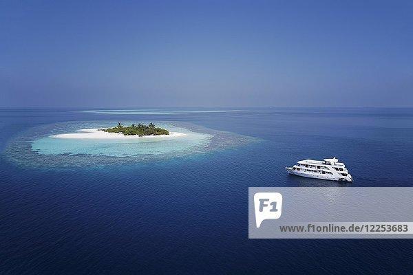 Tauchsafari-Schiff MS Keana ankert vor unbewohnter Palmeninsel  Ari-Atoll  Indischer Ozean  Malediven  Asien