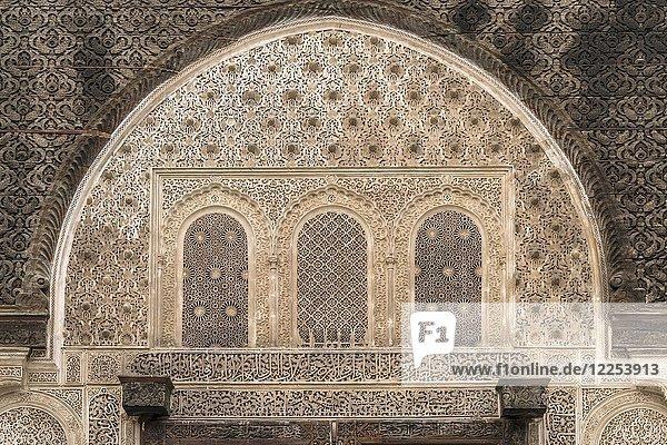 Kunstvolle geschnitzte Verzierungen über einem Tor  Koranschule Medersa Bou Inania  Fes  Marokko  Afrika