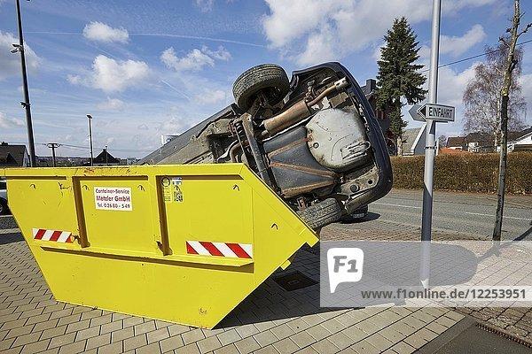 PKW in Müllcontainer  Rheinland-Pfalz  Deutschland  Europa