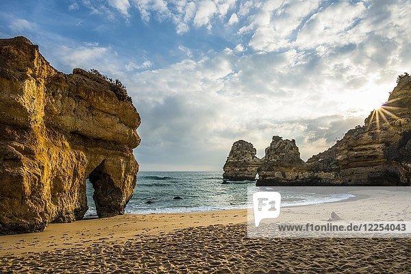 Felsküste mit Strand und roten Felsen  Praia do Camilo  Lagos  Algarve  Portugal  Europa