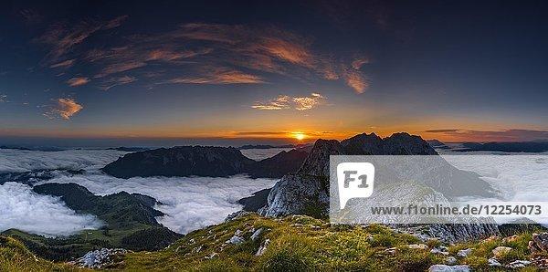Berggipfel mit Nebelmeer bei Sonnenaufgang  Wilder Kaiser  Scheffau  Tirol  Österreich  Europa