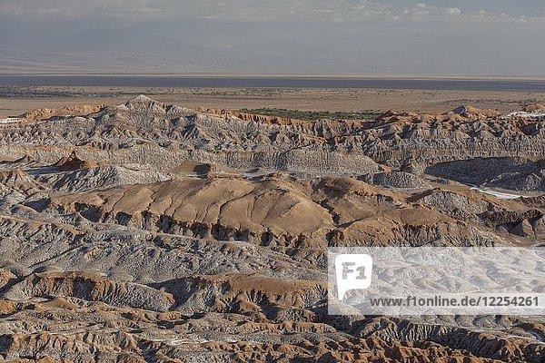 Bizarre rote Felsformationen mit weißem Salz  Tal Valle de la Luna  San Pedro de Atacama  Chile  Südamerika