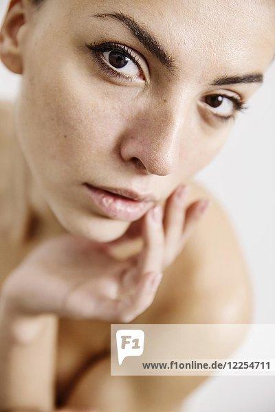 Schöne nackte Frau berührt mit der Hand ihren Körper  Körperpflege  Deutschland  Europa