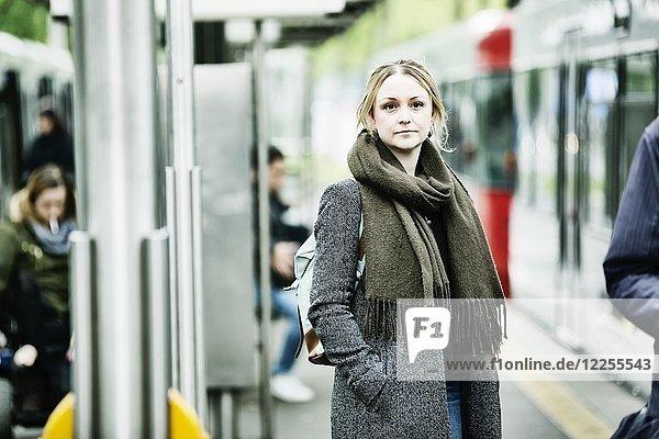 Junge Frau wartet auf die Bahn an einer s-Bahn Haltestelle  Deutschland  Europa