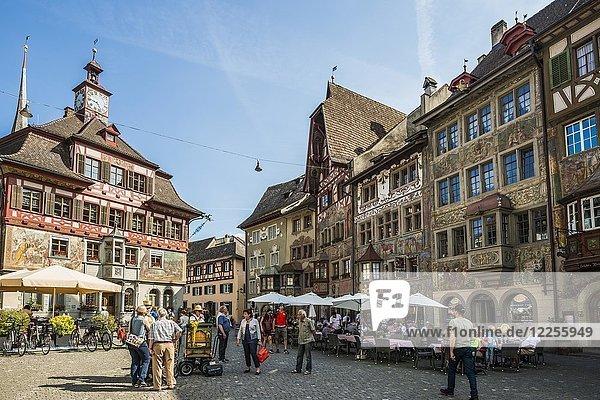 Marktplatz mit Rathaus und historischen bemalten Häusern  Altstadt  Stein am Rhein  Kanton Schaffhausen  Schweiz  Europa