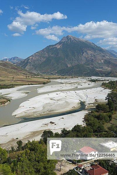 Fluss Vjosa und Berg  Tepelena  Albanien  Europa