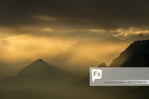 Unterinntal bei Abenddämmerung  Schwaz  Tirol  Österreich  Europa