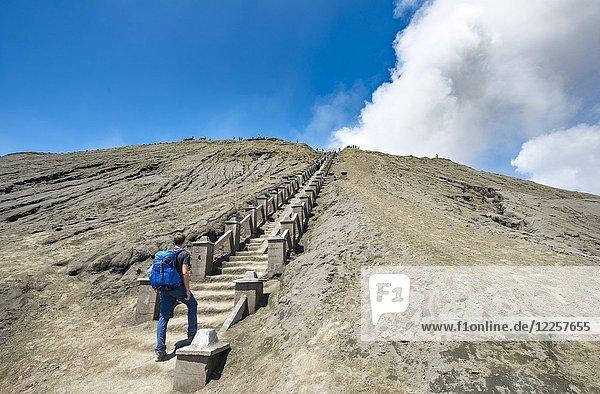 Junger Mann auf der Treppe zum Kraterrand des rauchenden Vulkan Gunung Bromo  Nationalpark Bromo-Tengger-Semeru  Java  Indonesien  Asien Junger Mann auf der Treppe zum Kraterrand des rauchenden Vulkan Gunung Bromo, Nationalpark Bromo-Tengger-Semeru, Java, Indonesien, Asien