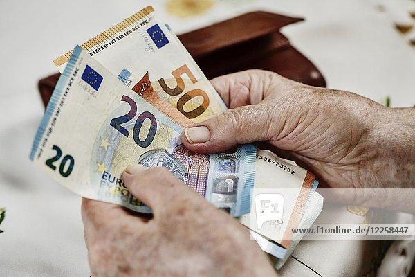 Seniorin zählt Geldscheine  Nahaufnahme  Deutschland  Europa