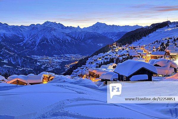 Dorfansicht über dem Rhonetal  dahinter Dom 4545m  Matterhorn 4478m und Weisshorn 4505m  Abenddämmerung  Bettmeralp  Aletschgebiet  Oberwallis  Wallis  Schweiz  Europa