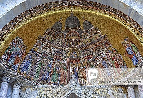 Kunstvolles Mosaik über Portal  Markusdom  Markusplatz  Venedig  Italien  Europa
