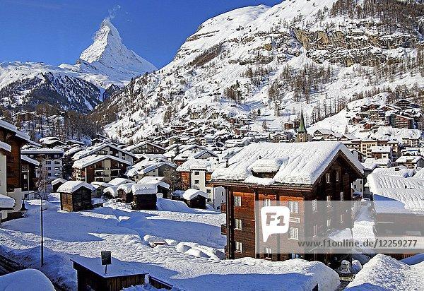 Ortsansicht im Winter  hinten Matterhorn 4478m  Zermatt  Mattertal  Wallis  Schweiz  Europa