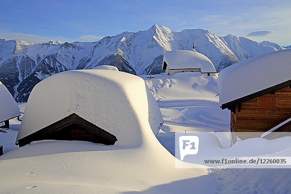 Verschneite Kapelle Maria zum Schnee im Dorfzentrum  dahinter Bettlihorn 2993m  Bettmeralp  Aletschgebiet  Oberwallis  Wallis  Schweiz  Europa