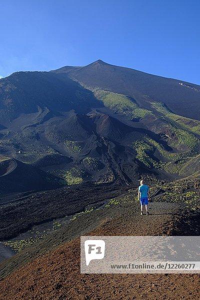 Wanderer am Krater Silvestri  Vulkanlandschaft  Vulkan Ätna  Provinz Catania  Silzilien  Italien  Europa