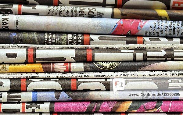 Verschiedene Tageszeitungen auf einem Stapel