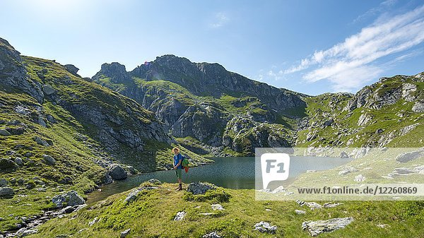 Wanderer am Brettersee  Schladminger Höhenweg  Schladminger Tauern  Schladming  Steiermark  Österreich  Europa