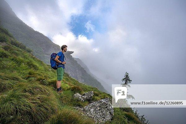 Wanderer beim Aufstieg zum Greifenberg mit Nebelschwaden  Schladminger Höhenweg  Schladminger Tauern  Schladming  Steiermark  Österreich  Europa