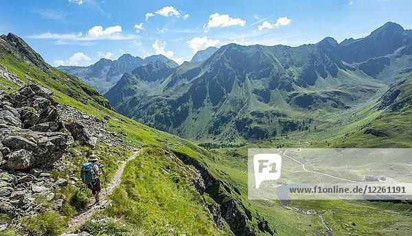 Wanderin auf dem Schladminger Höhenweg beim Abstieg zur Keinprechthütte Schladminger Tauern  Schladming  Steiermark  Österreich  Europa