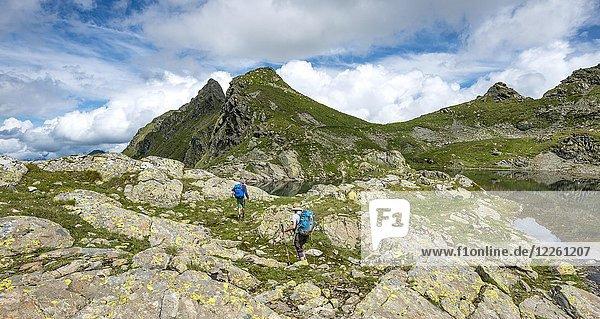 Wanderer und Wanderin an kleinen See im Klafferkessel  Schladminger Höhenweg  Schladminger Tauern  Schladming  Steiermark  Österreich  Europa