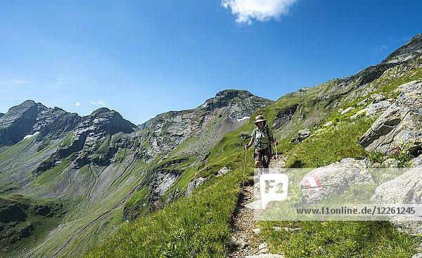 Wanderin beim Abstieg von der Vetternscharte zur Keinprechthütte  Schladminger Höhenweg  Schladminger Tauern  Schladming  Steiermark  Österreich  Europa