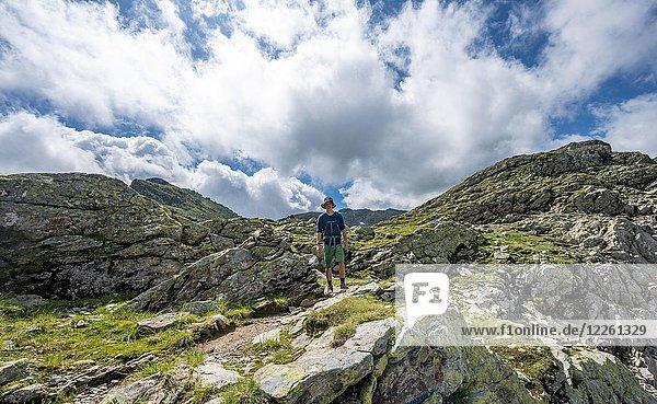 Wanderer auf dem Schladminger Höhenweg  Klafferkessel  Schladminger Tauern  Schladming  Steiermark  Österreich  Europa