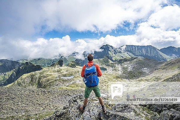 Ausblick vom Gipfel des Greifenberg  Wanderer blickt auf die Seen im Klafferkessel  Schladminger Höhenweg  Schladminger Tauern  Schladming  Steiermark  Österreich  Europa