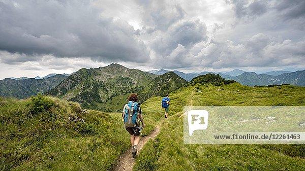 Wanderer auf Schladminger Höhenweg  Schladminger Tauern  Schladming  Steiermark  Österreich  Europa