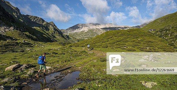 Wanderer und Wanderin auf dem Schladminger Höhenweg  Schladminger Tauern  Schladming  Steiermark  Österreich  Europa