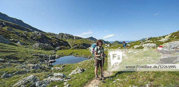 Zwei Wanderer an einem kleinen See  Schladminger Höhenweg  Schladminger Tauern  Schladming  Steiermark  Österreich  Europa