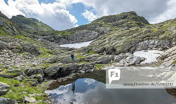 Wanderer an einem kleinen See  Klafferkessel  Schladminger Höhenweg  Schladminger Tauern  Schladming  Steiermark  Österreich  Europa Wanderer an einem kleinen See, Klafferkessel, Schladminger Höhenweg, Schladminger Tauern, Schladming, Steiermark, Österreich, Europa