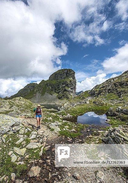 Wanderin an einem kleinen See,  Klafferkessel,  Schladminger Höhenweg,  Schladminger Tauern,  Schladming,  Steiermark,  Österreich,  Europa