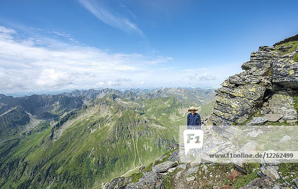 Wanderer auf dem Wanderweg zum Hochgolling  Schladminger Höhenweg  Schladminger Tauern  Schladming  Steiermark  Österreich  Europa