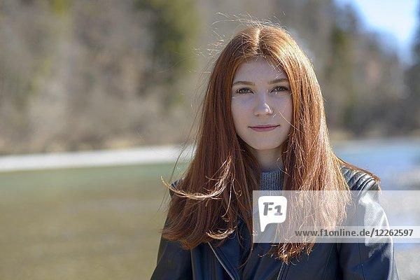 Portrait  junge Frau  Mädchen  Teenager mit langen roten Haaren  Bayern  Deutschland  Europa