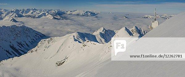 Bergpanorama im Winter  verschneite Berggipfel ragen über Wolkendecke  Ausblick vom Nebelhorn  2224m  Allgäuer Alpen  Allgäu  Bayern  Deutschland  Europa