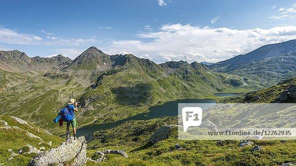 Wanderer fotografiert  Blick ins Tal auf die Giglachseen  Schladminger Höhenweg  Schladminger Tauern  Schladming  Steiermark  Österreich  Europa