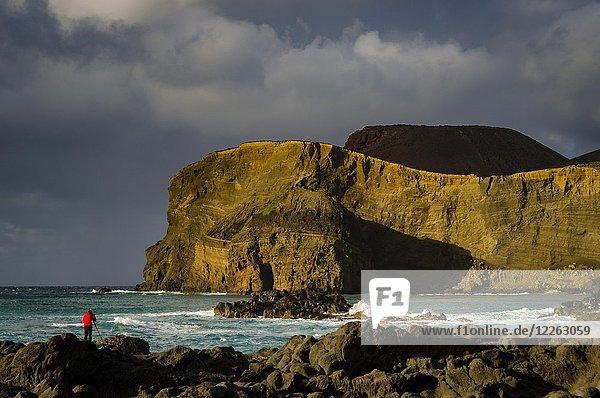 Halbinsel Capelinhos  mit Farol da Ponta dos Capelinhos  mit Fotograf  Insel Faial  Azoren  Portugal  Europa