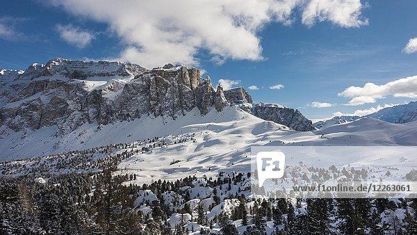 Pass Sellajoch im Winter  Sellamassiv mit Sellatürmen  Dolomiten  Wolkenstein in Gröden  Selva di Val Gardena  Dolomiten  Südtirol  Alto Adige  Italien  Europa