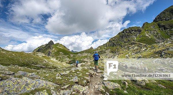 Wanderer und Wanderin an kleinen Seen im Klafferkessel  Schladminger Höhenweg  Schladminger Tauern  Schladming  Steiermark  Österreich  Europa