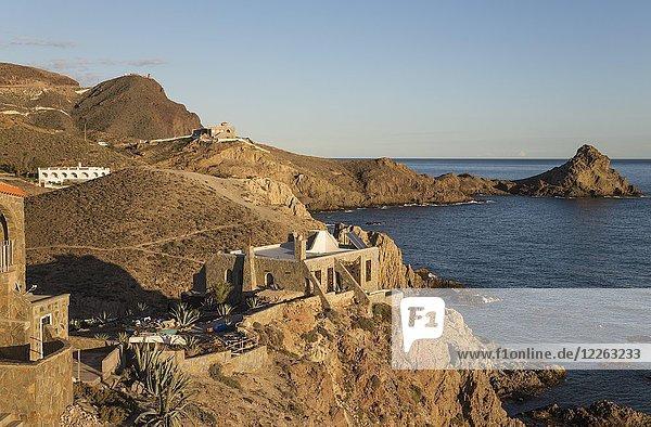 Ferienhäuser an der Felsenküste von Cabo de Gata  hinter dem Wachturm Torre de Vela Blanca  Naturschutzgebiet Cabo de Gata-Nijar  Provinz Almeria  Andalusien  Spanien  Europa