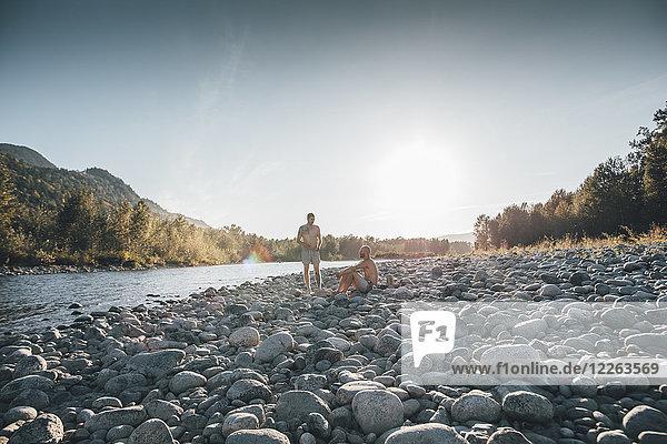 Kanada  British Columbia  Chilliwack  zwei Männer  die sich am Fraser River ausruhen.