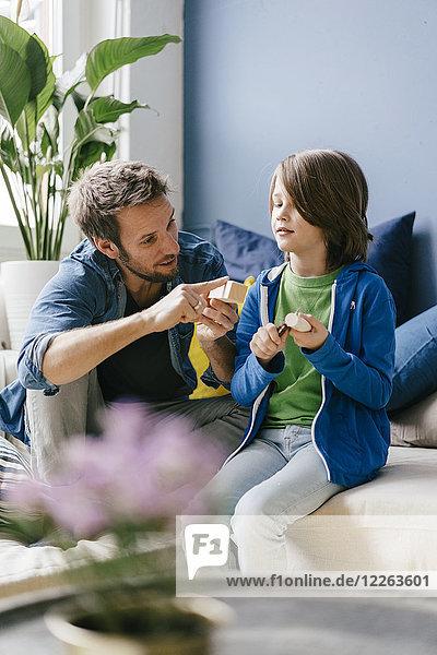 Vater und Sohn schnitzen gemeinsam zu Hause