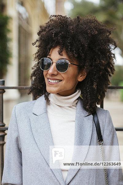 Porträt einer lächelnden Frau mit Sonnenbrille