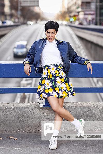 Porträt einer modischen jungen Frau im Rock mit Blumenmuster