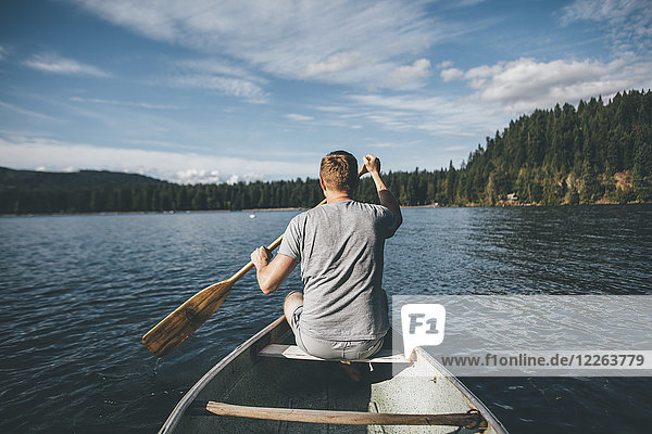 Kanada  British Columbia  Mann im Kanu auf dem Cultus Lake