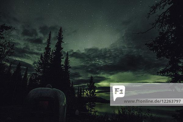 Kanada  British Columbia  Boya Lake  Boya Lake Provincial Park  Nordlicht  Sternenhimmel bei Nacht