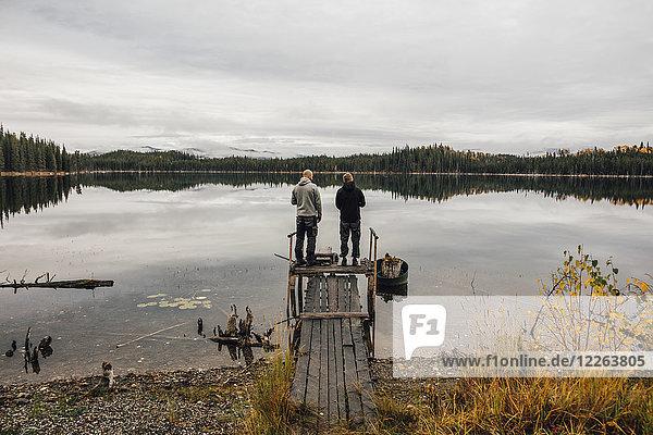 Kanada  British Columbia  zwei Männer am Blue Lake