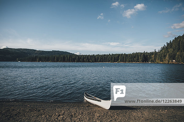 Kanada  British Columbia  Cultus Lake  Kanu am Seeufer