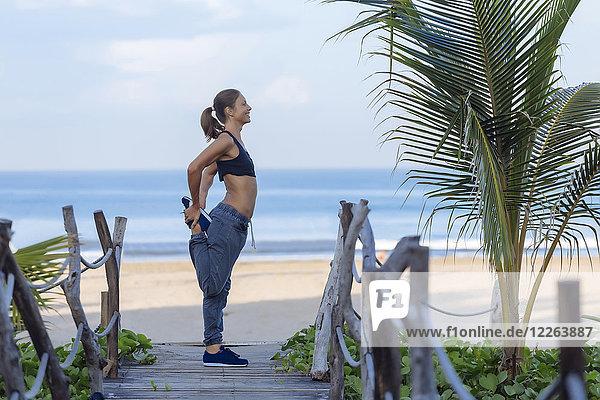 Indonesien  Bali  Frau Stretching